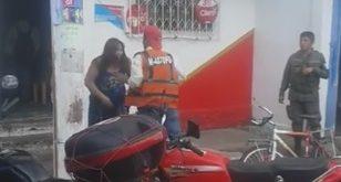 Hombre le pega a mujer en mercado de Villa Hermosa