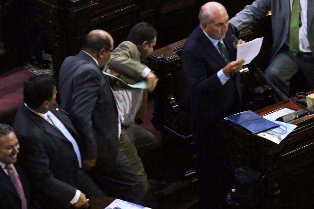 VIDEO: Mario Taracena Empuja y Vota a Diputado Julio Lainfiesta