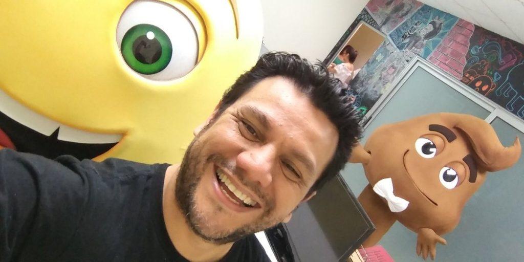 """Ronald MacKay la voz oficial de cinco personajes de """"Emoji La Película"""""""