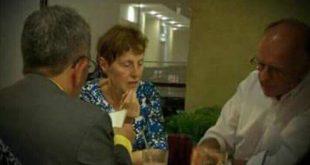 Juez en restaurante con personas extranjeras