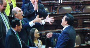 Diputados Mario Taracena y Estuardo Galdámez Se Insultan en el Congreso