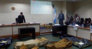 Ministerio Público exhibe fragmentos de colchonetas quemadas durante la tragedia