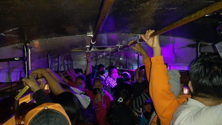Bus sobre cargado en Mixco