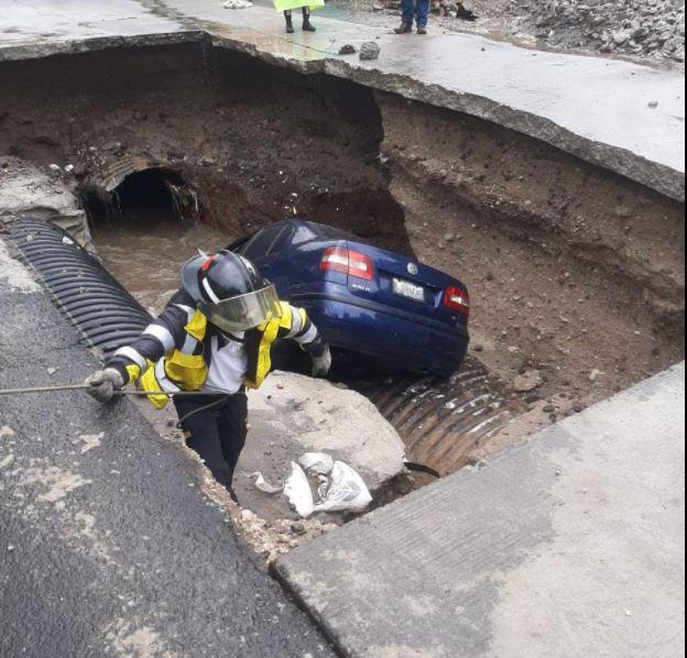 Carro cae a hoyo en Mixco